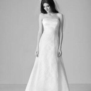 4b87b0cf031c Enkelt brudekjole med klassisk slør. Less is more. PR-foto Marianne Carøe.