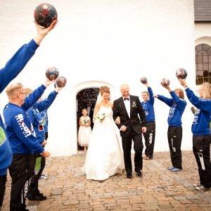 Brudepar ved kirken - Bryllupsfotograf