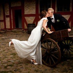 Brudepar ved hestevogn - Bryllupsfoto