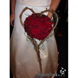 Brudebuket i hjerte stativ som en syet rose med pletter i luften pris 2.500 kr.