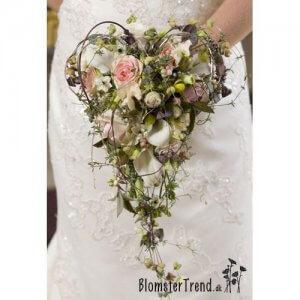 Brudebuket i hjerteform pris 1.800 kr.