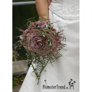 Brudebuket m. dryp som en syet rose pris 2.500 kr