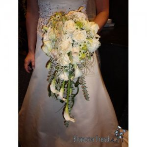 Brudebuket med dryp i hvid og creme nuancer pris 1.500 kr