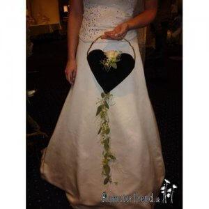Brudebuket_brudesmykke formet som en taske i sort og hvid pris 2.000 kr.