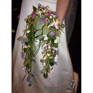 Brudebuket brudesmykke kugle med transparent binderi i pastel farver pris 2.200 kr.