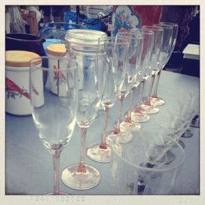 Find champagneglas på loppemarked til brylluppet
