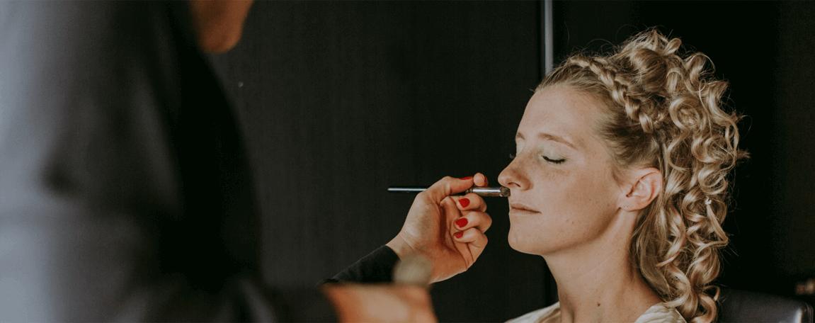 Brud får lagt makeup på