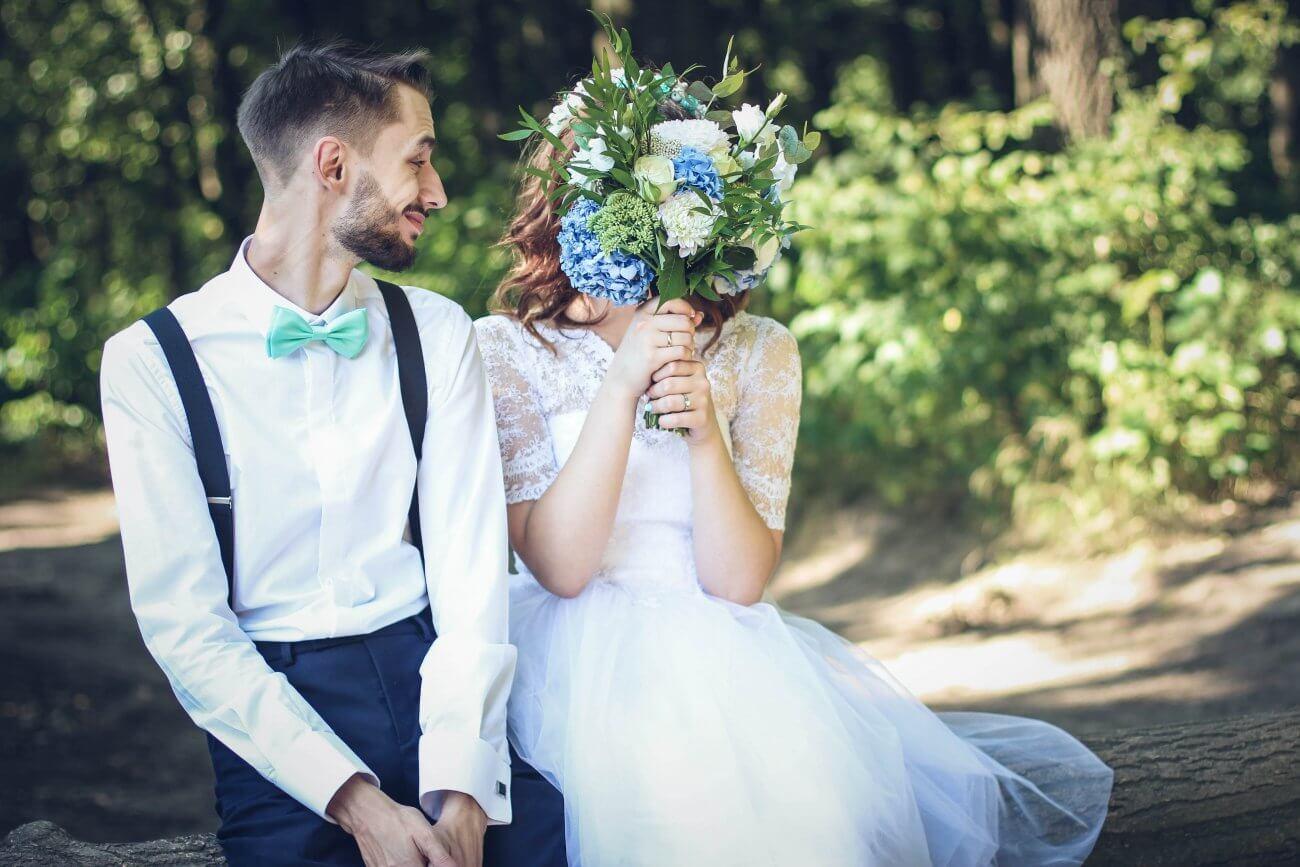 brudepar der sidder sammen